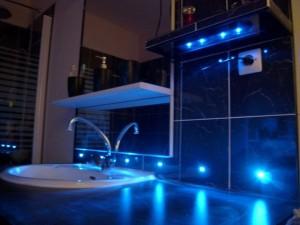 Carrelage-du-coin-lavabo-avec-LED-bleues